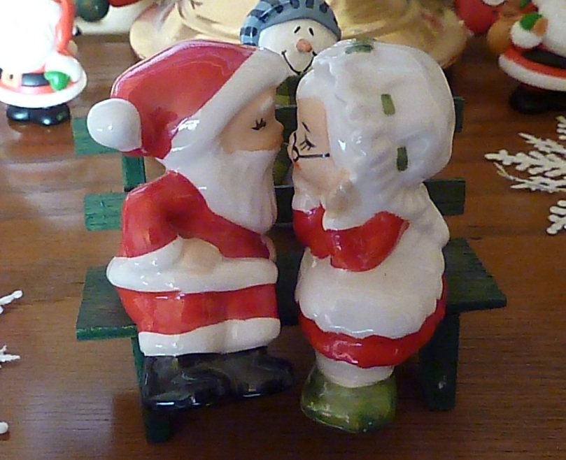 Santa-Mrs-Claus-kissing