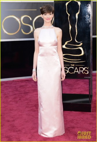anne-hathaway-oscars-2013-red-carpet-03