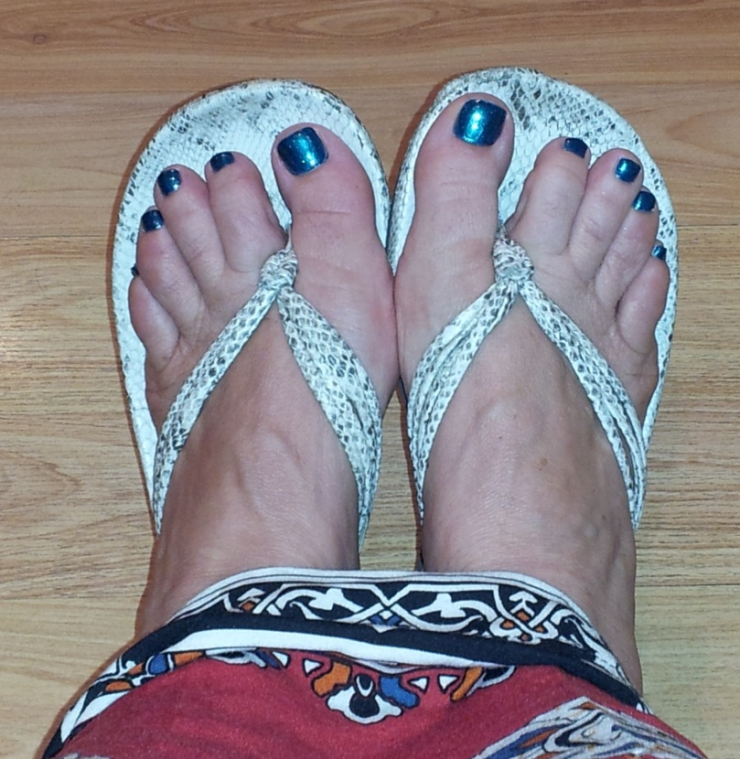 blue-toe-nail-polish