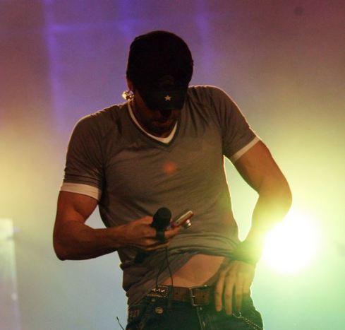 Enrique-Iglesias-in-concert