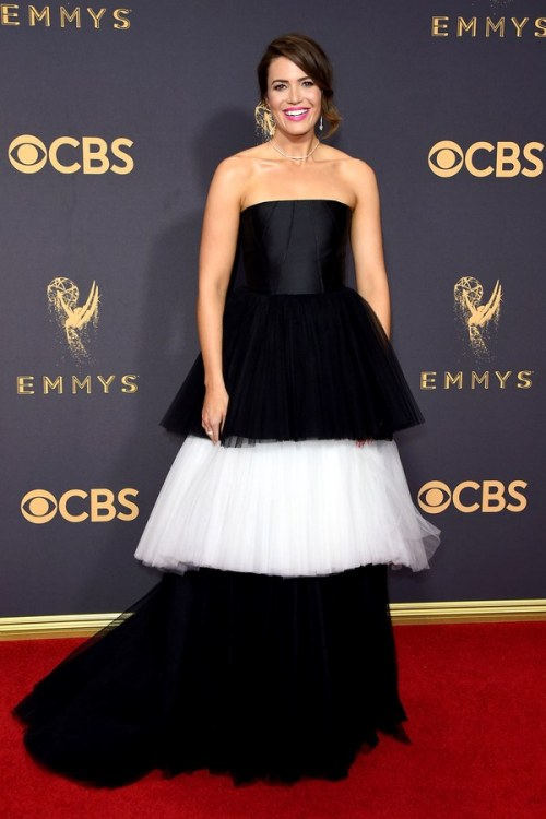 emmys-2017-red-carpet-mandy moore